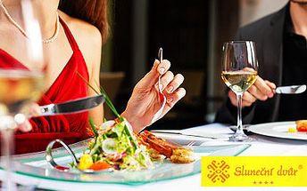 Čtyřchodová romantická večeře pro dva – nakládaná mozzarella, hovězí vývar s játrovými knedlíčky, vepřové medailonky přelité grand jus a Panna cotta s višňovým ragú. Víno Svatovavřinecké rosé