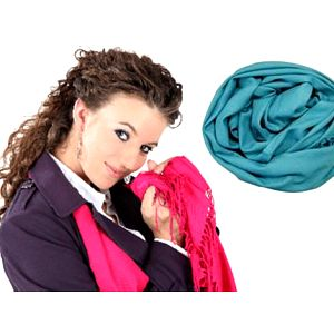 PAŠMÍNOVÉ ŠÁLY: jemnost a elegance v mnoha barvách Jednobarevné pašmínové šály jsou příjemným a praktickým doplňkem šatníku. Jsou vyrobeny z vlny koz, což zaručuje jejich jemnost a teplost. Ve více barevných provedeních.