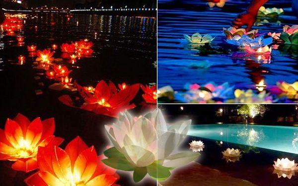10 plovoucích lampiónů štěstí včetně čajových svíček v překrásném tvaru lotosu za 249 Kč. Voděodolné lucerny o velikosti 30 cm, to je dokonalá romantika, která bude vrcholem vaší oslavy.