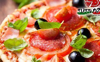 PIZZA pro celou rodinu: 45 cm, více jak 1,2 kg a výběr z 26 variant Pizza o průměru 45 cm a vážící přes 1,2 kg. Na výběr máte 26 variant - prosciutto, quattro formaggi, salame, capricciosa, hawai, al tonno, bolognesse, a další.