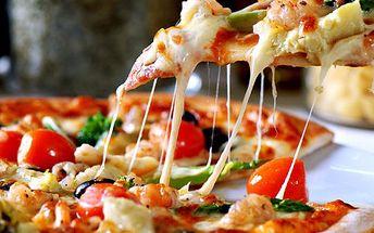 2 pizzy a karafa vína! Pochutnejte si na legendárních pizzách. Vyberte si smetanový nebo rajčatový základ.