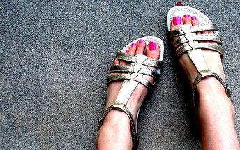 249 Kč za GELOVÉ NEHTY NA NOHOU magnetickým nebo barevným gelem. Připravte své nožky na léto do sandálů!