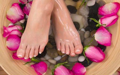 Kompletní suchá PEDIKÚRA: odlehčete svým nohám Balíček péče o nohy zahrnuje vodní lázeň, přístrojovou suchou pedikúru, úpravu nehtů, odstranění kuřích ok, aplikaci krému a masáž nohou. Odlehčete svým nohám.