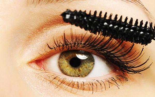 Barvení řas s oční maskou včetně úpravy a barvení obočí. Uspoříte čas strávený před zrcadlem!
