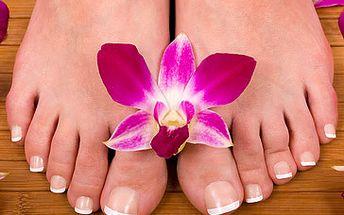 Mokrá pedikúra s perličkovou masáží, včetně lakování za fantastických 115 Kč! Exkluzivní 60 minutová péče o nohy po zimě. Udržujte si své nožky stále krásné a upravené a dopřejte jim luxusní péči, kterou si jistě zaslouží! Fantastická sleva 50 %!