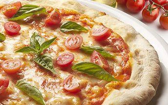 PIZZA o průměru 38 cm - výběr z 15 druhů Velká pizza o průměru 38 cm pečená v kamenné peci. Vybírejte mezi Prosciutto, Quatro formaggi, Feferoni, Tonno, Ananas a 10 dalšími.
