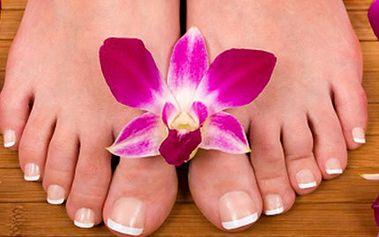 PEDIKÚRA včetně masáže chodidel a lakování nehtů Celkové ošetření nohou, stříhání nehtů včetně koupele, odstranění zrohovatělé kůže, masáž i lakování. Získejte krásné nožky do žabek a letních botiček, nechte se hýčkat.