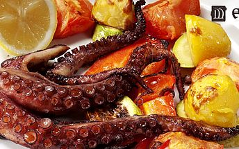 Dvě 200g porce grilované marinované chobotnice sportským dipem a bramborovo mrkvovými pusinkami. Netradiční kulinářský zážitek!