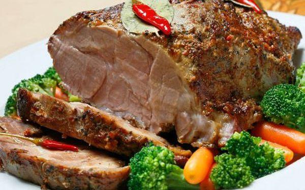 Oslava plná jídla! Pochutnejte si na pečeném vepřovém krčku. Maso vychutnané s hořčicí, křenem a pivem = ideální kombinace!