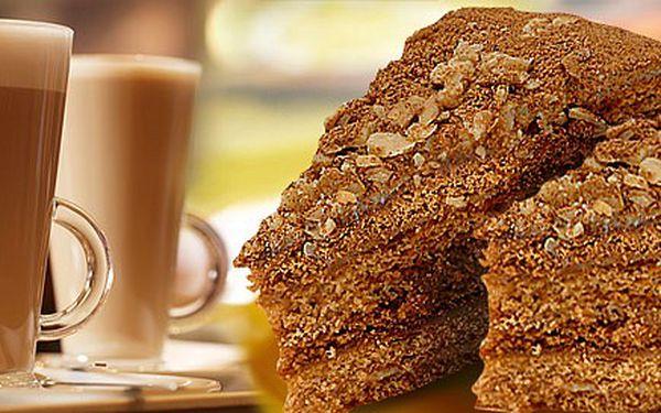 Dvě caffè latte a dva nadýchané medovníky v Cukrárně Retro. Možnost vybrat i jiné dobrůtky. Oslaďte si život!