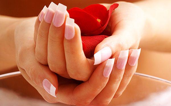 Modeláž gelových nehtů a parafínový zábal – výsledkem pružné, pevné a nelámavé nehty, použití kvalitních materiálů a přípravků