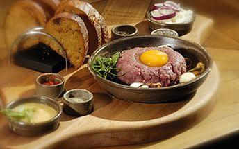 300g TATARSKÝ BIFTEK z pravé svíčkové + topinky Porce 300g tatarského bifteku z pravé svíčkové, 10 křupavých opečených topinek a ingredience na dokonalé ochucení. Užijte si atmosféru v selském stylu.