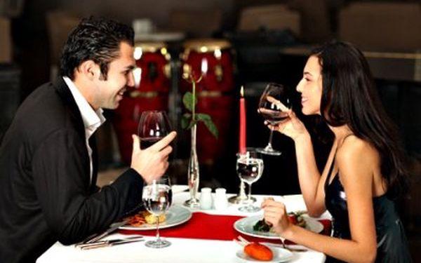 Romantická večeře pro dva! Dejte si Caprese, kuřecí prsa plněná sušenými rajčaty a balkánským sýrem, na závěr Creme brulee!