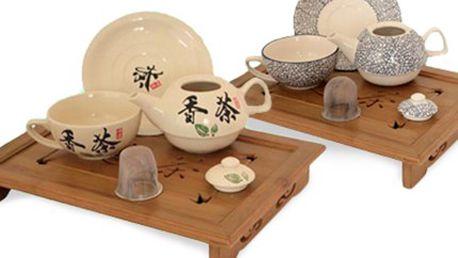 ČAJOVÝ SET pro jednoho: dvě barevné varianty Čajová souprava pro jednu osobu - obsahuje konvičku s víčkem a sítkem, šálek a podšálek. V modrobílém provedení nebo s čínským znakem a lístky. Objem konvičky až 450 ml.
