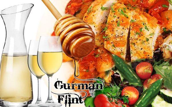 2x200g marinovaná kuřecí prsíčka na čerstvém estragonu s grilovanou zeleninou s přílohou a vínem.