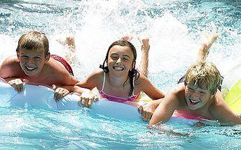 Vstupné do aquaparku na Máchově jezeře pro DVA i rodinu se dvěma dětmi. Na 2 dny nebo na týden. Skluzavky, vodní trampolína i plovoucí kra!