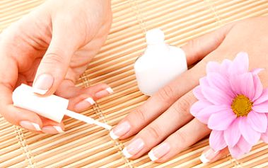 Gelové nebo akrylové nehty + masáž rukou