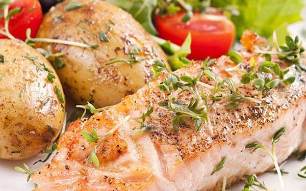 DVA steaky z lososa na grilovaných citronech a pečené brambory ve slupce. Chutná letní večeře!