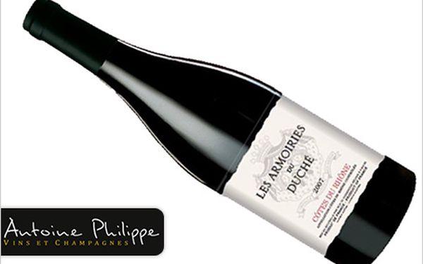 Láhev luxusního francouzského vína Côtes du Rhône 2007 les Armoiries du duché.