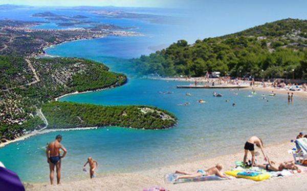 CHORVATSKO!! 10denní zájezd (8denní pobyt) pro 1 osobu v chatce v jednom z nejlepších chorvatských kempů Lovišća + doprava z ČR a zpět!! Se skvělou 44% slevou jen za 3 290 Kč!! Užijte si ničím nerušenou dovolenou u moře za nejnižší možnou cenu!!