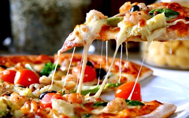 Pizza a cheese cake nebo tiramisu! Pizza je připravená výhradně z italských surovin. Mňam!
