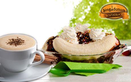 99 Kč místo 230 Kč - Legendární zákusek a káva na letní zahrádce! 2 x banana split se zmrzlinou, šlehačkou a karamelem a 2 x cappuccino nebo espresso, se slevou 57 %