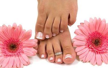 Kompletní gelová modeláž nehtů na nohou včetně francie v Relax Studiu Hradčanská.