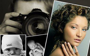 Profi focení v ateliéru až 3 osob, make-up, vizážistka, styling pro 1 osobu v ceně. 10-15 upravených snímků na CD, 3 ks A4 vytištěné.
