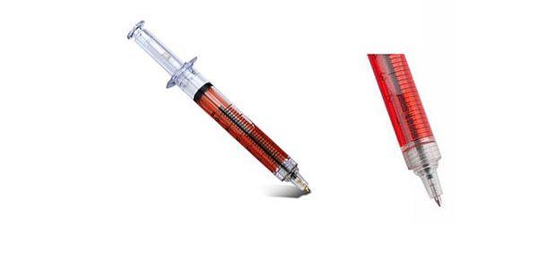 Pero ve tvaru injekční stříkačky, které je naplněno červenou tekutinou, nerozeznatelné od pravé injekce, ideální způsob, jak si z někoho vystřelit!