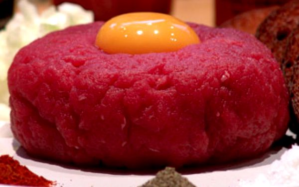 500g nenamíchaného tataráku z pravé svíčkové a topinky z půlky chleba.