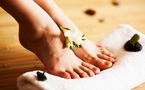 Pedikúra včetně gelových nehtů, koupel s relaxační solí, odstranění zrohovatělé kůže, otlaků...
