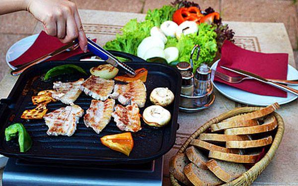 Grilování 1kg vepřového bůčku pro 2–4 osoby, 200 g čerstvé zeleniny, hořčice, omáčky, pečivo...