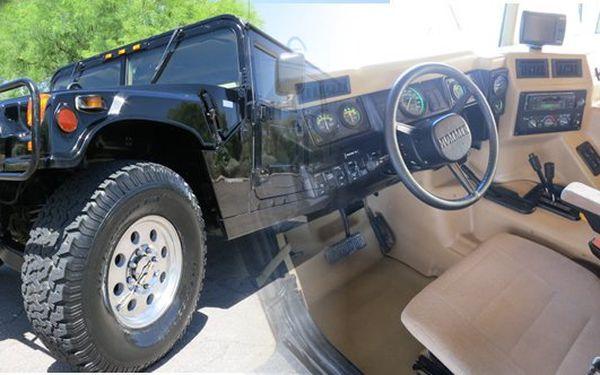 Svezte se v legendárním Hummeru H1, kterého znáte ze všech filmů a kterému neodolal ani Arnold Schwanzenegger, který vlastnil dokonce 5 takovýchto vozů. Hummer Vás ohromí svou neuvěřitelnou silou, výkonem, náklonem vozu, je to prostě fenomén v jízdě v terénu