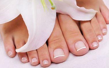 Gelové nehty na nohou! Peeling, masáž chodidel a gelové nehty s francouzskou manikúrou!