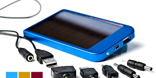 Solární nabíječka do kapsy – dobije jakýkoli mobilní telefon, digitální foťák nebo GPS! Navíc 5 redukcí a USB kabel