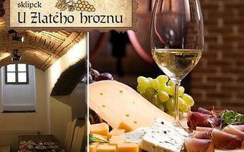 Džbánky vína pro dva a k tomu uzeninová a sýrová mísa! 2x0,5l sudové víno a 2x200g obložených mís s chlebem!