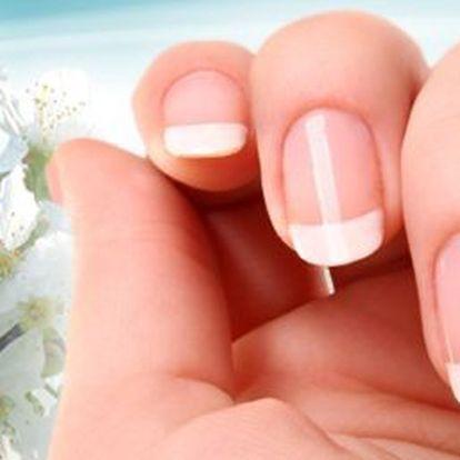 199 kč za Gelovou modeláž nehtů s bílou francouzskou manikúrou. Dopřejte si dokonalé a krásné nehty se slevou 66%!
