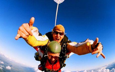 Zažijte 60minutový volný pád! Tandemový seskok z výšky 4000 metrů