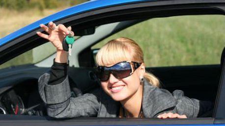 Autoškola za babku! Vysoká úspěšnost složení testů. Jezděte s větrem o závod!