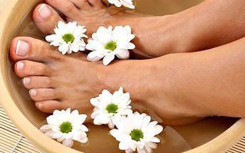 Pedikúra s bylinnou lázní! Ošetření kůže a nehtů, masáž plosek nohou!