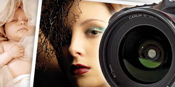 SKVĚLÉ FOTOGRAFIE od profesionála s 52% slevou!! 20 profesionálně upravených fotografií na CD, 3 vytištěné momentky na formát A4, make-up, styling a vizážistické služby pro 1 osobu!! Focení v ateliéru nebo venku!! Uchovejte současnost i pro další generace!!