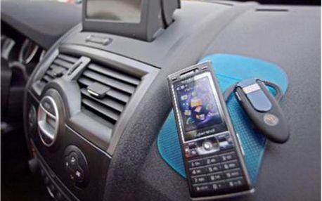 TŘI NANOPODLOŽKY - Nanopodložka do auta je top novinkou letošního roku.Tři nanopodložky za skvělou cenu. Nanopodložky na sobě výborně udrží drobné předměty i při otřesech za jízdy. Díky nanopodložce Vám nespadnou brýle nebo mobil zpalubní desky.