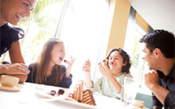 Nedělní brunch v hotelu Marriott (pro 2+) - Na vaše přání je zpátky oblíbený nedělní brunch v hotelu Marriott! Čekají na vás šťavnatá USDA žebírka nejvyšší kvality, velký buffet, na kterém je vše počínaje marinovaným lososem až po maki sushi, kuřecí křidýlka a dekadentní čokoládovou fontánu.