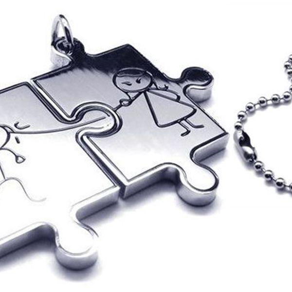 Přívěsek pro dva puzzle s krásným designem panáčka