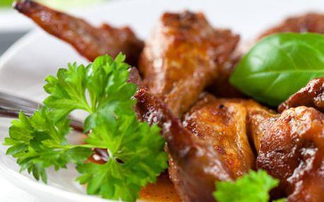 155 kaček za 800g pečených kuřecích křidýlek s bylinkovou nebo pikantní chilli omáčkou k tomu rozpečený chléb s bylinkovým pestem + 150g tatarský biftek z pravé hovězí svíčkové a 6 půlek topinek!
