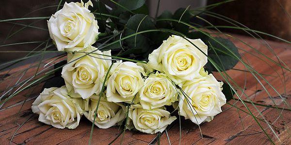 Kytice 9 krásných rudých nebo bílých růží uvázaná s trávou bergrass s 50% slevou!