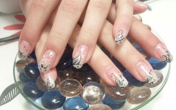 Krásné nehty včetně francouzské manikúry