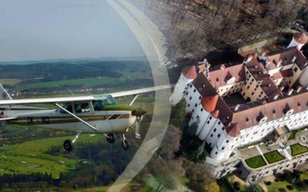 Chcete se proletět v třímístném letounu a pokochat se pohledem na zámek Konopiště z ptačí perspektivy nebo toužíte zažít pořádný adrenalin v kokpitu akrobatického letadla? Výběr záleží jen na Vás! Cena již od 299 Kč!