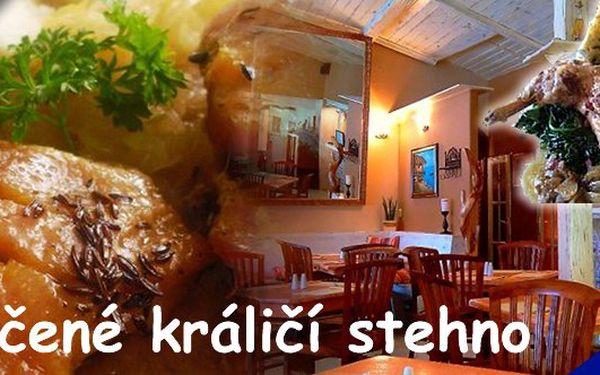 Pomalu pečené králičí stehno s domácím knedlíčkem a baby špenátkem + bonus 0,02 l italského aperitivu Cinzano Bianco za úžasnou cenu