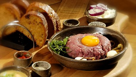 150g naškrábaného tatarského bifteku z pravé svíčkové s mísou křupavých topinek!